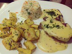 Mignon com molho de mostarda, arroz à grega e batata souté.