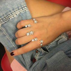 Jewelry Design Earrings, Cute Jewelry, Jewelry Rings, Jewelry Accessories, Fashion Accessories, Fashion Jewelry, Full Finger Rings, Piercings, Body Jewellery