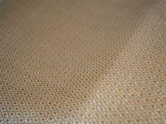 Ceci est une belle Dots Tissage Brocade Fabric en or.  Vous pouvez utiliser ce tissu pour faire des robes, des tops, chemisiers, vestes, Artisanat, des embrayages ou des sacs de soirée,...