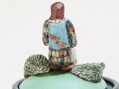 Dieses Glas Keramik Gebet wurde von Hand gefertigt, mit einer Platte-Methode und ist rot Steingut Ton aus. Die Figur wurde Hand geformt. Es war mit Unterglasur und hohe Feuer Glasuren bemalt. Misst 8 1/4 x 3 1/4. Einsetzbar als Gebet Jar, funktionale Glas oder Keramik-Kunst.