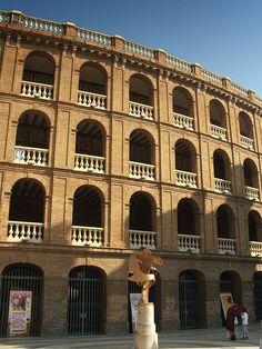 Fachada y escultura en la Plaza de Toros
