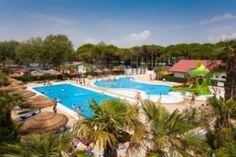 Camping Cheque - Vela Blu Camping Village te Italië | - aangepast sanitair - Deze camping in een prachtig pijnboombos biedt u direct toegang tot een mooi privé strand aan de Adriatische kust. Standplaatsen met elektra, water, afvoer en aansluiting voor sateliet-tv. Modern sanitair met voorzieningen voor gehandicapten. Er is een nieuw zwemcomplex met 2 zwembaden en een bad voor hydromassage.