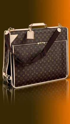 GARMEN COVER LOUIS VUITTON This extremely versatile garment bag features two spacious pockets,a zip-around closure,two regular hangers and one pivoting hanger. Monogram canvas,natural cowhide trim,canvas lining Golden brass pieces Zip-around closure Louis Vuitton Bookbag, Marca Louis Vuitton, Louis Vuitton Garment Bag, Vuitton Bag, Louis Vuitton Handbags, Purses And Handbags, Louis Vuitton Monogram, Vintage Louis Vuitton, Louis Vuitton Collection