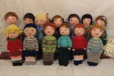 Ces petites poupées sont tricotées avec des restes de laine. Elles sont décorées de broderies, perles et boutons. Leurs yeux sont en fil brodé. Elles mesurent environ 11 cm. E - 19765762