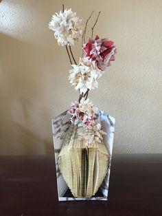 Buch aus Vase mit Serviettenblume