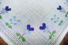 Muy bien hecho vintage años 1960 punto de Cruz hecho a mano bordado azul / púrpura pensy y motivo de flor de nomeolvides en tableta ligera de lino beige / paño de mesa.  Excelente estado vintage!  Tamaño: 14.25 * 14.5 / pulgada.