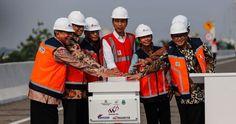 Presiden Jokowi didampingi sejumlah menteri, Gubernur DKI, dan Wagub Jabar, meresmikan beroperasinya Jalan Tol Becakayu Seksi 1B dan 1C, Jumat (3/11) pagi. JAKARTA , 03 Nov 2017-Setelah mangkrak s…