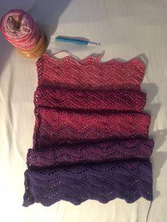 De sjaal begint al een lekkere lengte te krijgen, ik ben alweer een paar kleuren verder. nu bij de 6e kleur aangekomen. Het zigzagpatroon v...