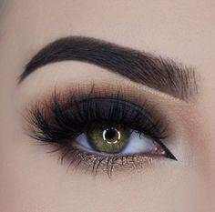 Inspiração de maquiagem, sobra preta esfumada finalizada com delineador no canto interno do olho.