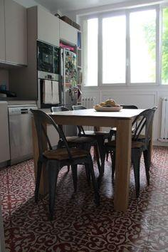 """Une cuisine parisienne, dont le sol ravissant est fait des carreaux de ciment """"Menzeh"""". Projet conduit par l'architecte Gwenaelle de Langle, www.cerulehome.com www.bahya-deco.com"""