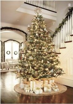 White and gold Christmas tree decorations! Put giant tree in entry way nice but even more elegant with a gold color around the furnishing instead of whites.