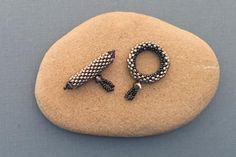 Stitch Beaded Toggle Instructions Beaded clasp made using peyote stitch - very detailed tutorial with pictures!Beaded clasp made using peyote stitch - very detailed tutorial with pictures! Beaded Beads, Beads Jewelry, Beaded Bracelet Patterns, Seed Bead Bracelets, Beaded Earrings, Beaded Jewellery, Jewelry Findings, Jewellery Box, Bracelet Designs