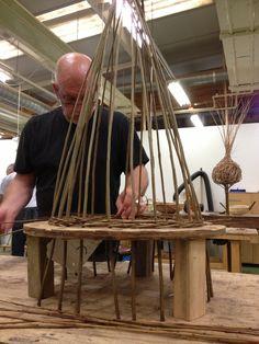 Willow Weaving, Basket Weaving, Woven Baskets, Paper Weaving, Weaving Art, Wood Crafts, Diy And Crafts, Willow Garden, Twig Furniture