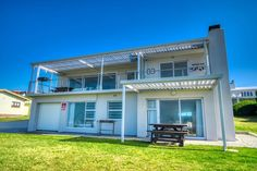 Voëltjies Hang is situated in Struisbaai and offers quality accommodation for a small family or group of friends. It is within easy reach of shops, restaurants, the beach, activities and attractions. The ground-floor apartment comprises 1 bedroom and can accommodate up to 2 adults and 2 children at a time.