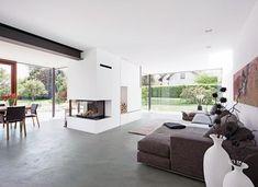 Das rustikale 50er-Jahre-Haus erweitert sich mit zwei puristischen Glasanbauten. Diese schenken mehr Platz, lichtdurchflutete Räume und ein…