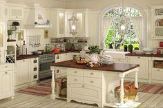 Деревянный пол в светлой кухне