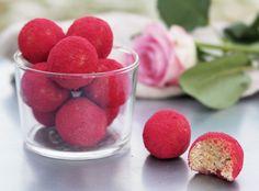 Skippa dyra presenter på Alla Hjärtans Dag och gör dessa Röda Rawbollar istället! Du behöver kokos, cashewnötter, citron, kokosmjöl och honung.