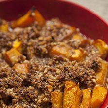 Ο πιο απρόσμενος συνδυασμός που έχετε ποτέ φανταστεί. Η γλυκιά σάρκα της κολοκύθας σε συνδυασμό με την τραγανή καρυδόψυχα, το σκόρδο και την πάπρικα δίνει ένα τέλειο φαγητό αλλά και ένα εναλλακτικό συνοδευτικό για κρέας ή κυνήγι