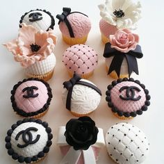 Treating us to some oh so cute cupcakes is For your bridal shower or wedding these cupcakes are so classy and fabulous! Cupcakes Chanel, Chanel Cake, Chanel Party, Chanel Cookies, Makeup Cupcakes, Paris Cupcakes, Chanel Pink, Coco Chanel, Cupcakes Fondant