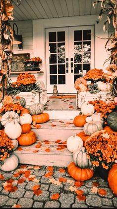 Halloween Outside, Fall Halloween, Halloween Photos, Halloween Season, Fall Home Decor, Autumn Home, Pallet Halloween Decorations, Outside Fall Decorations, Fall Backgrounds Iphone