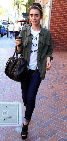 #LilyCollins in dunklen Jeans, schwarzen Wedges, Statement T-Shirt und Military-Hemd