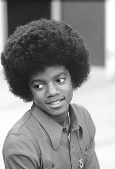 American singer Michael Jackson at his home Los Angeles November 1972 Taken during a photoshoot for 'Right On' magazine The Jackson Five, Jackson Family, Janet Jackson, Familia Jackson, Young Michael Jackson, King Of Music, The Jacksons, Motown, Rock And Roll
