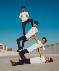Dobre tower lucas and marcus dobre fotos melhores amigos, fo Funny Group Pictures, Group Picture Poses, Group Poses, The Dobre Twins, Marcus And Lucas, Lucas Dobre, Marcus Dobre, Wow Photo, Partner Yoga