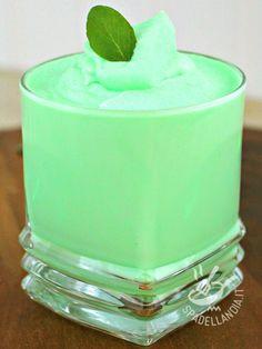 Mousse alla menta: un ottimo dessert al cucchiaio per prendere in contropiede l'estate e regalarvi attimi di fresca golosità. Da provare!
