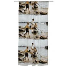 Leikkiviä poikia rannalla valmisverho