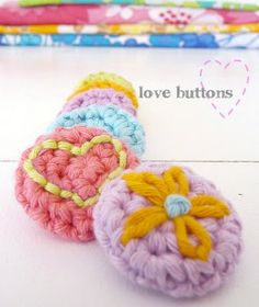 crocheted buttons with simple embroidery, so sweet and so simple. Crochet Embellishments, Crochet Buttons, Crochet Motifs, Diy Buttons, Freeform Crochet, Crochet Stitches, Crochet Patterns, Diy Crochet And Knitting, Love Crochet