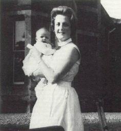Lady Diana Spencer with mother Frances Spencer Lady Diana Spencer, Spencer Family, Princess Diana Family, Royal Princess, Princess Of Wales, Royal Queen, Princesa Diana, Elizabeth Ii, Kate Middleton