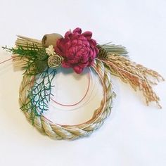 (再販)一部花材を変更しての再販です。個数限定*お正月のお飾り用のしめ縄飾り*アーティフィシャルフラワーを使用していますので玄関に飾っても安心です。水引飾りがアクセントになっています。[サイズ目安]しめ縄部分:直径20cm 最大35cm