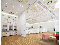 אדריכלית צרפתייה הראתה ליפנים מה צבע יכול לעשות ועיצבה מחדש שלושה סניפי בנק מקומי. הכספומט מעולם לא נראה זוהר יותר