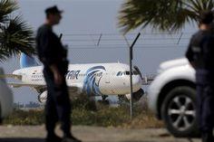 Secuestran avión egipcio, aterriza en Chipre, liberan pasaje - http://a.tunx.co/g5J1H
