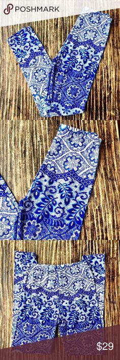 💜 Blue and White Flower Print Leggings One Size Beautiful flower print in Blue and white.  Very soft leggings.  One size. 92% Polyester 8% Spandex Violet507 Pants Leggings