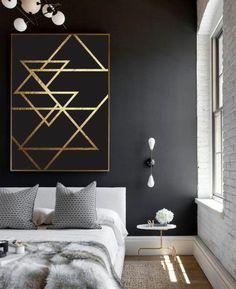 jolie chambre a coucher murs noirs, decoration murale avec oranments en or