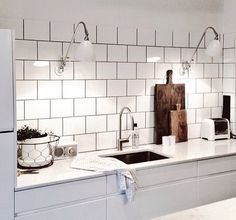 Whether your kitchen is modern or traditional look, there is an endless option for your kitchen backsplash ideas to match it. The kitchen backsplash is a must, functionally and aesthetically. Condo Kitchen, Kitchen Dinning, Kitchen Interior, New Kitchen, Kitchen Decor, Kitchen Design, Kitchen Backsplash Peel And Stick, Backsplash Cheap, Kitchen Tiles