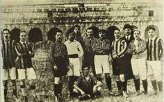 Inter: perché gioca con la maglia nera e azzurra? Perché l'Internazionale, ovvero l'Inter, gioca con la maglia nera e azzurra, la stessa dall'inizio del '900 ad oggi? La motivazione sta nella rivalità con l'altra squadra di Milano, il Milan, società #inter #calcioitaliano