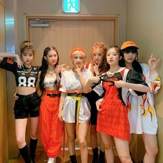 Find images and videos about kpop, minnie and soyeon on We Heart It - the app to get lost in what you love. Kpop Girl Groups, Korean Girl Groups, Kpop Girls, Stage Outfits, Kpop Outfits, Extended Play, K Pop, Soyeon, Minnie