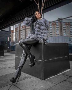 La imagen puede contener: 1 persona, de pie y calzado Boots And Leggings, Shiny Leggings, Leather Leggings, Fur Fashion, Leather Fashion, Womens Fashion, High Leather Boots, Leather Gloves, Leder Outfits