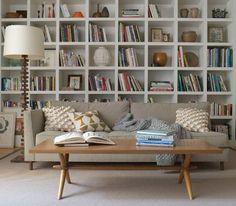 sofa met grote boekenkasy