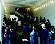 Roman Ondák  Crowd, 2004  The performance with a fake audience takes place during an exhibition opening. From 100 to 200 volunteers, who represent a fake audience, are invited to come to the space occupied by an audience visiting the opening of the exhibition. They enter the room  Performance / Vidéo  Vidéo: couleur, son stéréo  13:20 min. en boucle  Edition 3 (+ 2 A.P.)