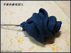 Такими розами можно украсить любую джинсовую одежду, сумки, косметички, диванные подушки, их можно использовать в качестве украшений (...