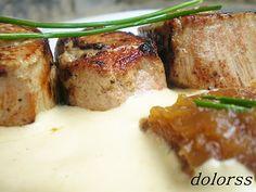 Blog de cuina de la dolorss: Dados de solomillo rellenos de cebolla caramelizada con salsa de mostaza