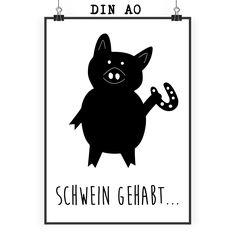 Poster DIN A0 Schwein mit Hufeisen aus Papier 160 Gramm  weiß - Das Original von Mr. & Mrs. Panda.  Jedes wunderschöne Poster aus dem Hause Mr. & Mrs. Panda ist mit Liebe handgezeichnet und entworfen. Wir liefern es sicher und schnell im Format DIN A0 zu dir nach Hause. Das Format ist 841 mm x 1189 mm.    Über unser Motiv Schwein mit Hufeisen  Schweine gehören zu den ältesten Haustieren der Welt. Sie sind sehr intelligent und lieben es, zu schwimmen und zu baden. Die kleinen Ferkel sind…