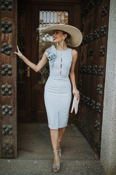 Colores pasteles: Vestido de invitada celeste - bridalada Classy Dress, Classy Outfits, Chic Outfits, Stylish Dresses, Elegant Dresses, Fashion Dresses, Day Dresses, Short Dresses, Formal Dresses