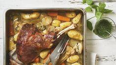 Wer besonders zartes Lamm-Fleisch zu Ostern möchte, für den empfiehlt sich eine Lammschulter. Sie lässt sich mit wenig Arbeitsaufwand im Ofen zubereiten.