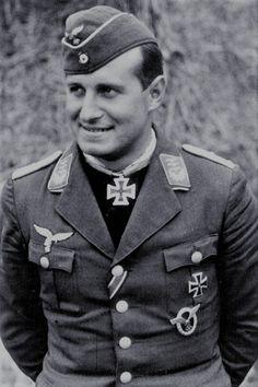 """Major Rolf Pingel (1913-2000), Ritterkreuz 14.09.1940 als Hauptmann und Kommandeur I./Jagdgeschwader 26 """"Schlageter"""" ✠ 26 Luftsiege, ca. 350 Feindflüge. Musste am 10 Juli 1941 bei Dover eine Bruchlandung nach Motortreffer hinlegen. Geriet anschließend in britische Kriegsgefenschaft."""