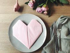Disse søde hjerteservietter kan bruges i alverdens anledninger - lige fra valentinsdag eller mors dag til en hyggelig middag med venner. Lær at folde