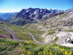 La route en lacet côté Hautes-Alpes, du Col du Galibier, France.